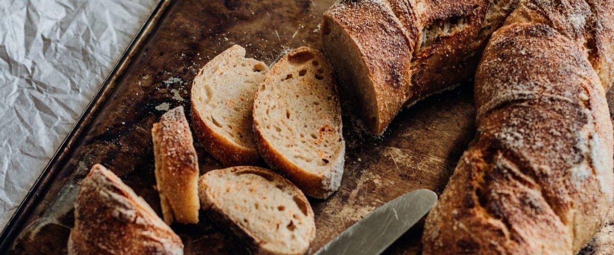 pan cortado y un cuchillo